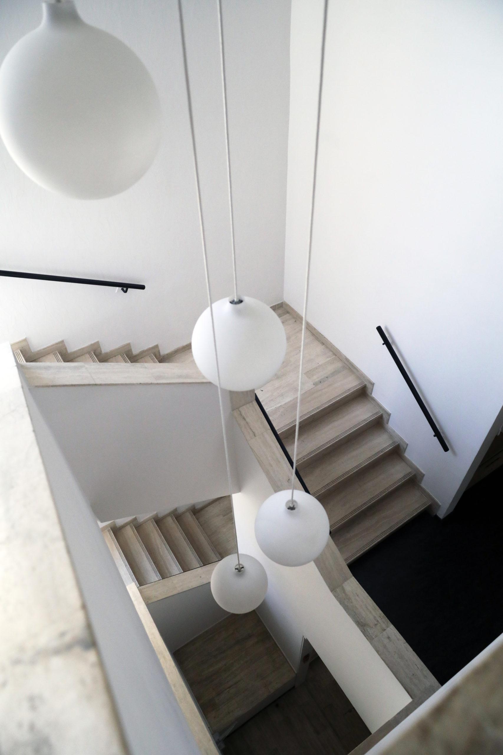Cabinet Doria Avocats Montpellier escalier et luminaire rond